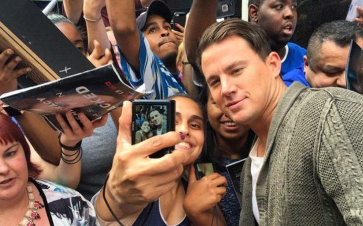 Channing Tatum posando para una selfie con sus fans