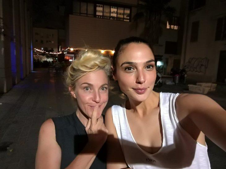 Gal Gadot Tomando una selfie con su fan