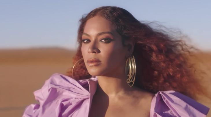 Beyoncé paseando en un desierto