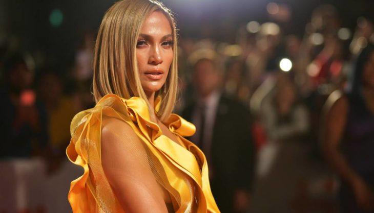 Jennifer Lopez mirando de perfil durante una alfombra roja