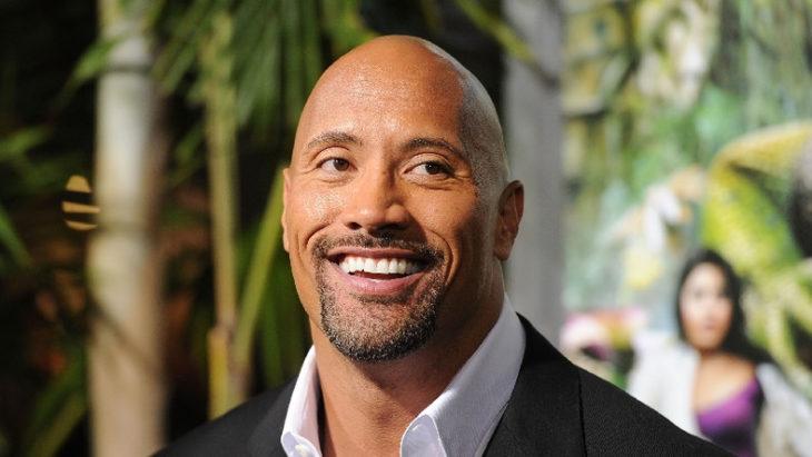 Dwayne Johnson sonriendo en la alformbra roja de Jumanji