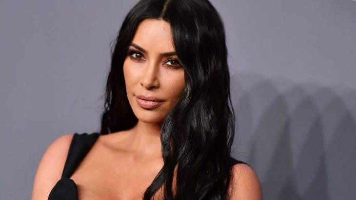 Kim Kardashian West posando durante una alfombra roja