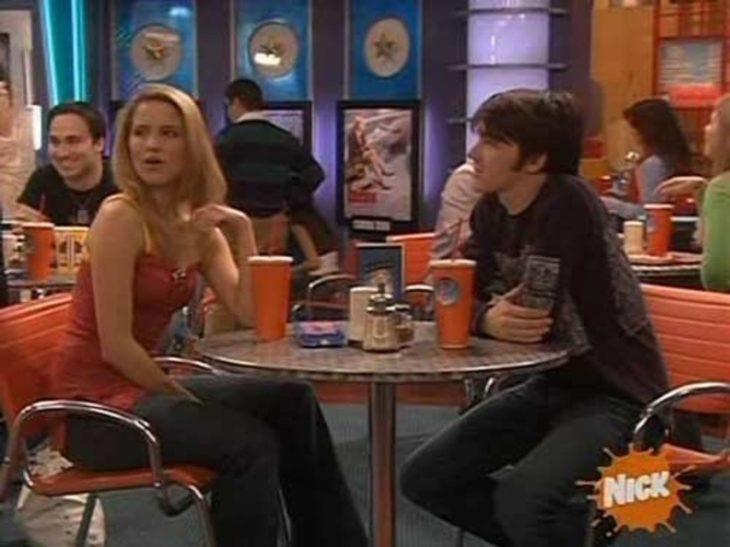 Dianna Agron sentada en una silla platicando con Drake Bell en Drake & Josh
