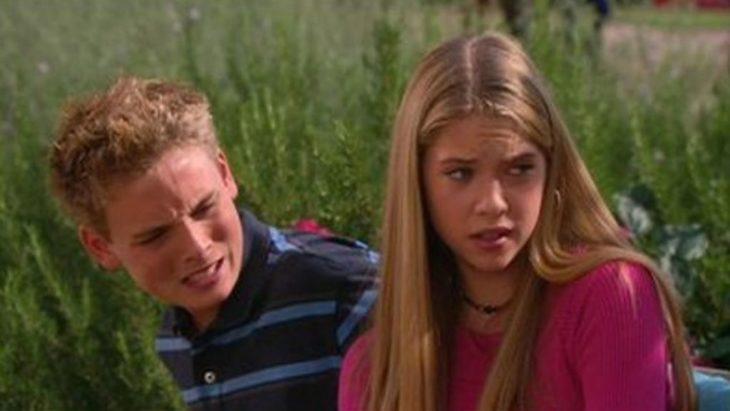 Ashley Benson confundida en una escena de Zoey 101