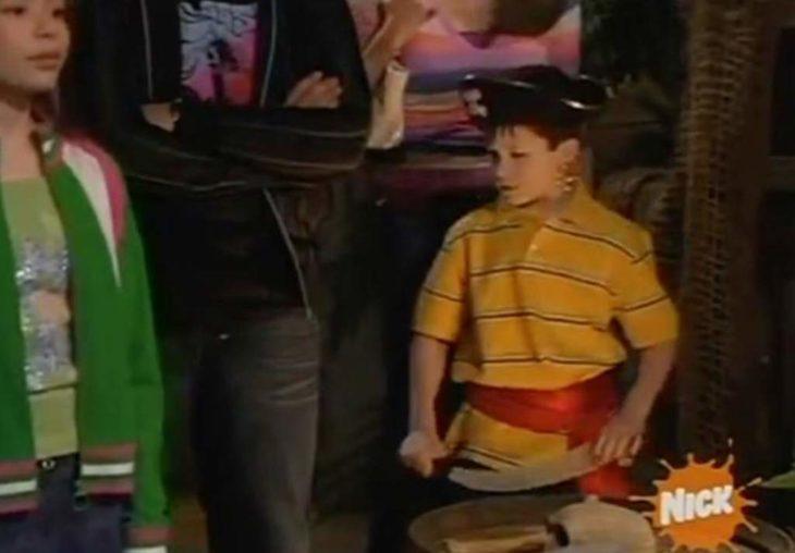 Dylan Minnette con camisa amarilla aparecido en Drake & Josh