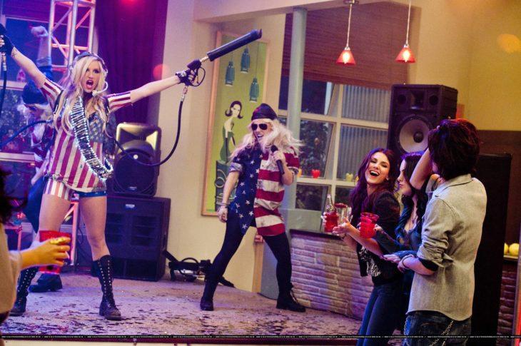 Ke$ha cantando en un miniconcierto en Victorious