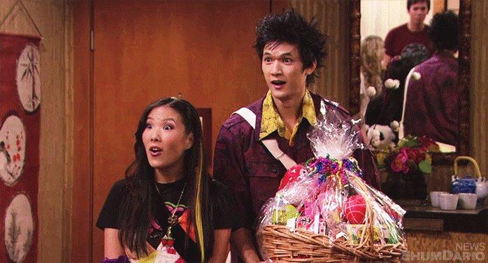 Harry Shum Jr. sosteniendo una canasta con dulces en iCarly