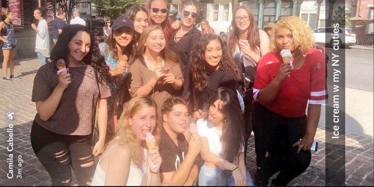 Camila Cabello compra helados a sus fans