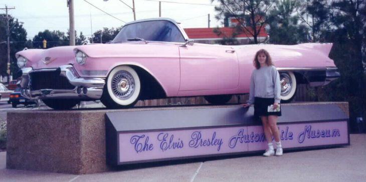 Elvis Presley regala cadillac rosa a una de sus fans