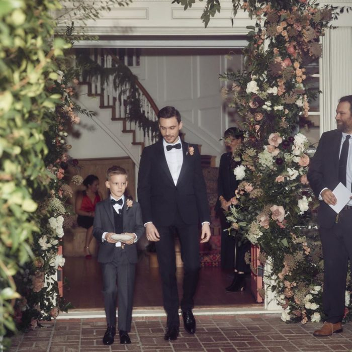 Matthew Koma caminando hacia el altar junto a su hijo Luca