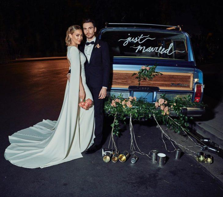Hilary duff parada frente a una camioneta después de su boda