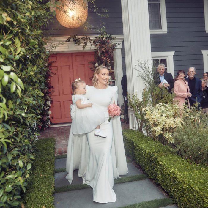 Hilary Duff caminando hacia el altar con su hija en brazos