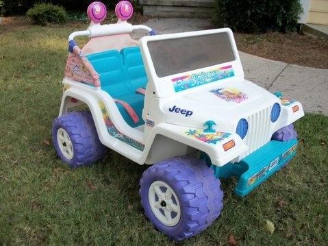 Jeep de barbie en color blanco con llantas moradas y azules