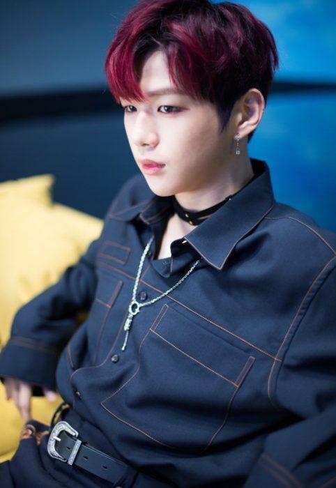 Kang Daniel sentado en una silla posando para una fotografía