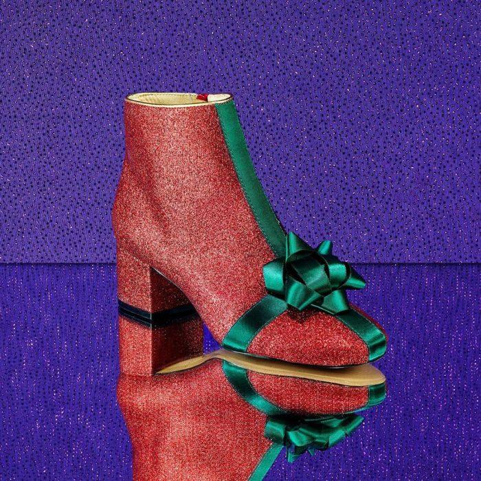 Zapatos de la línea de Katy Perry con un moño de color verde