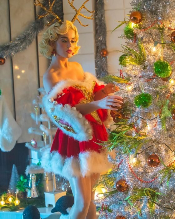 Katy Perry disfrazada como Santa Claus decorando su árbol de Navidad