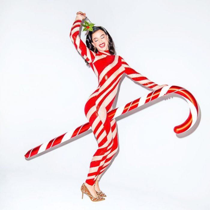 Katy Perry usando un traje con forma de bastoncillo de dulce