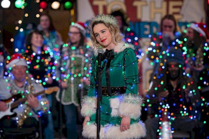 Emilia Clarke en su personaje de Kate en la película Last Christmas, disfrazada de elfo con luces navideñas