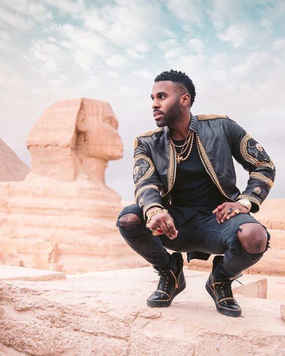 Jason Deruloposando para una foto en el desierto