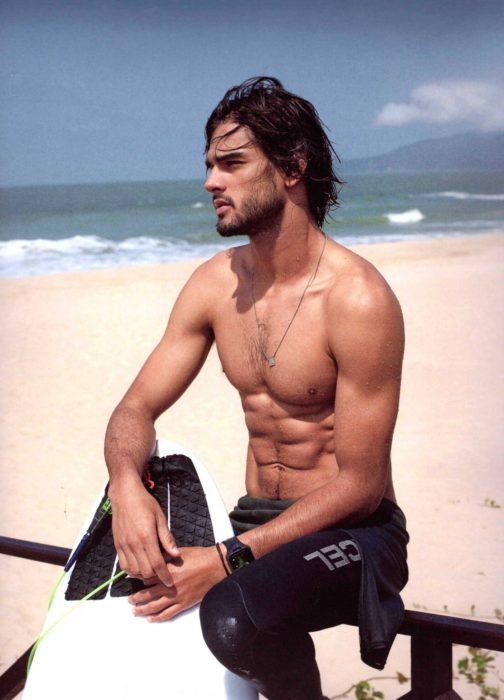 Marlon Teixeira en la playa posando para una revista