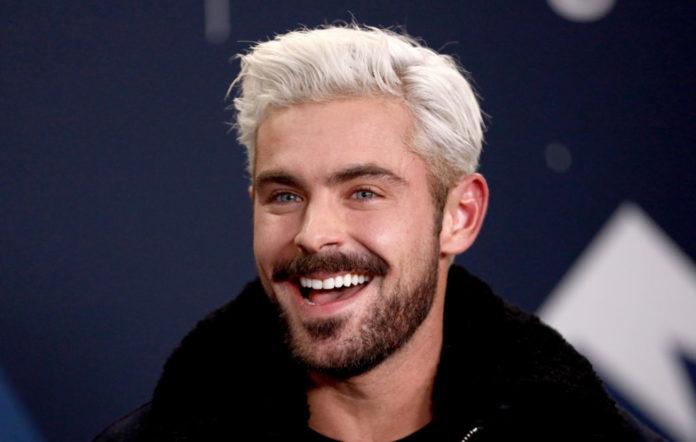 Zac Efron con cabello bicolor sonriendo