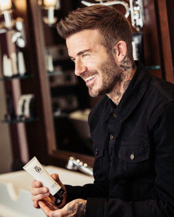David Beckham posando de perfil, promocionando una crema para manos