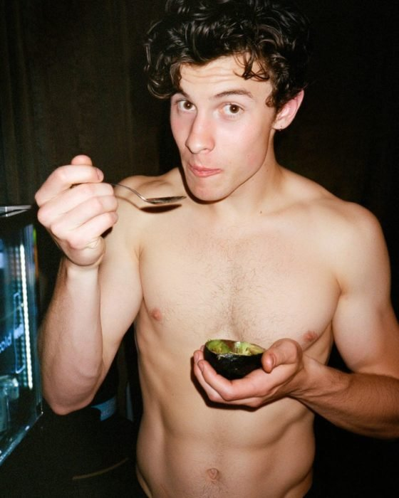 Shawn Mendes sin camisa comiendo aguacate
