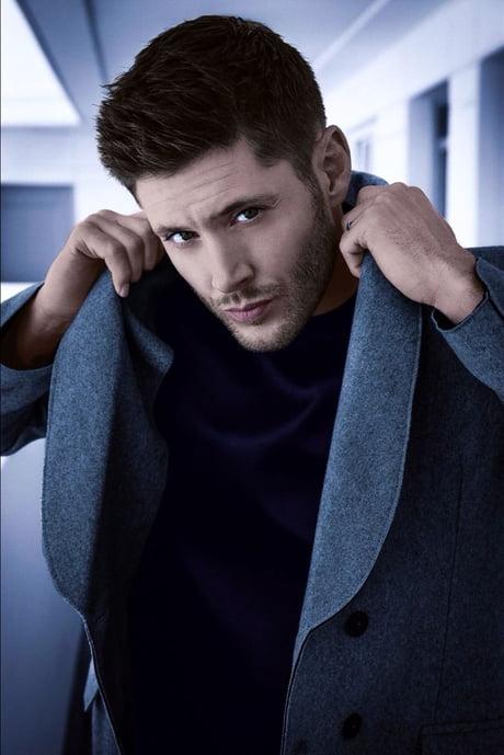 Jensen Ackles Posando con un saco azul marino