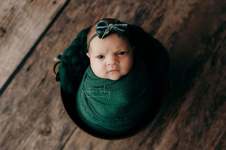 bebé recostada en un set de fotografía durante una sesión