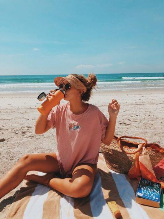 Chica de viaje a la orilla del mar
