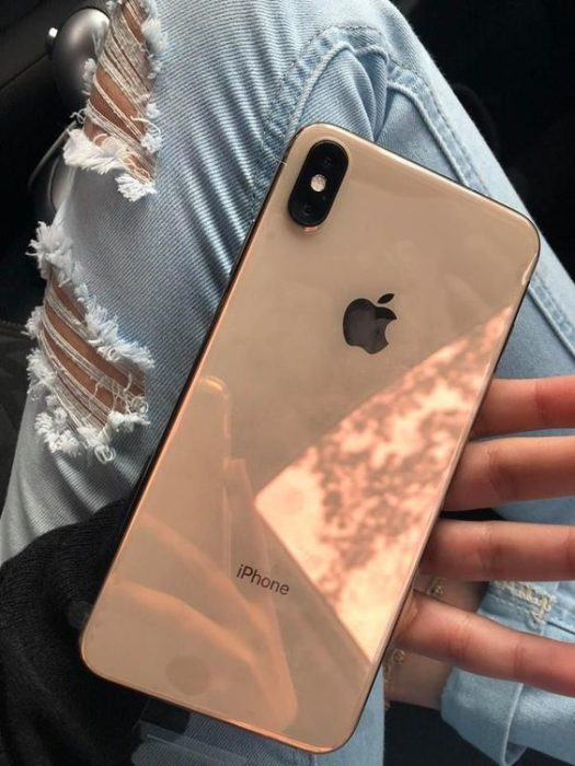 Chica mostrando su celular iPhone