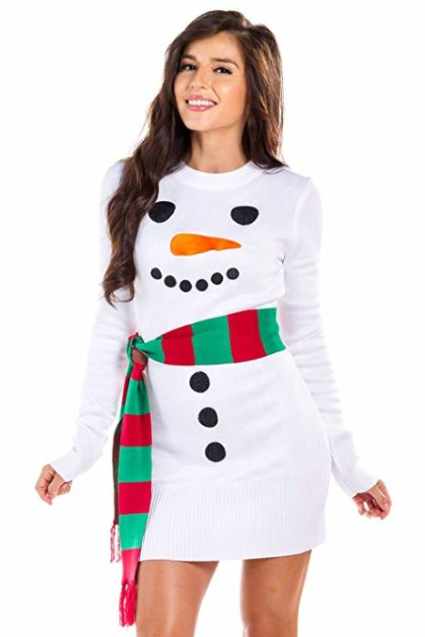 Chica usando un vestido de navidad con un cinturón de colores en forma de bufanda