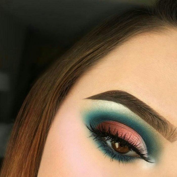 Maquillaje en verde con rojo