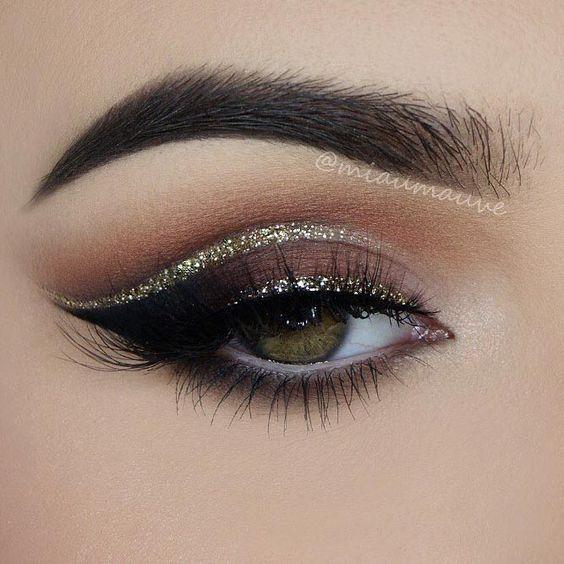 Maquillaje en negro con dorado