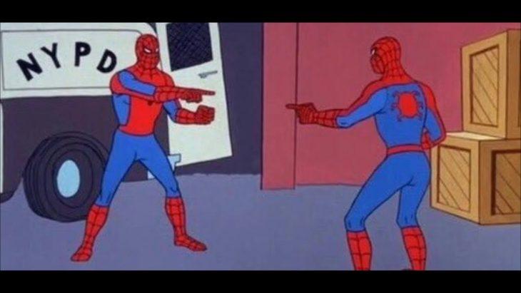 Meme de spiderman viendo a otro spiderman