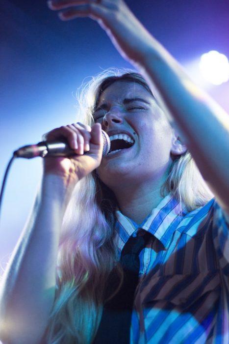 Chica cantando a todo pulmón en el karaoke