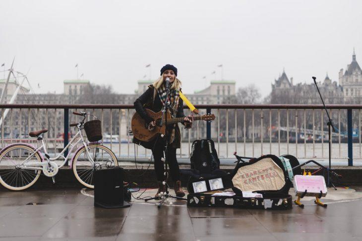 chica cantando en la calle