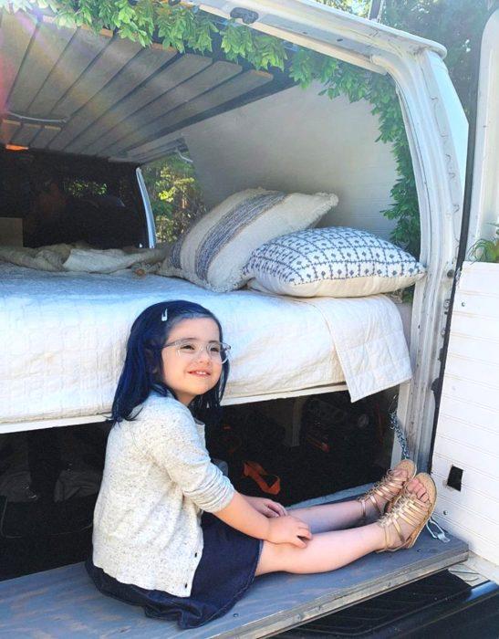 Luna, la niña que aprendió jiu jitsu para defenderse de los bullies; cabello azul