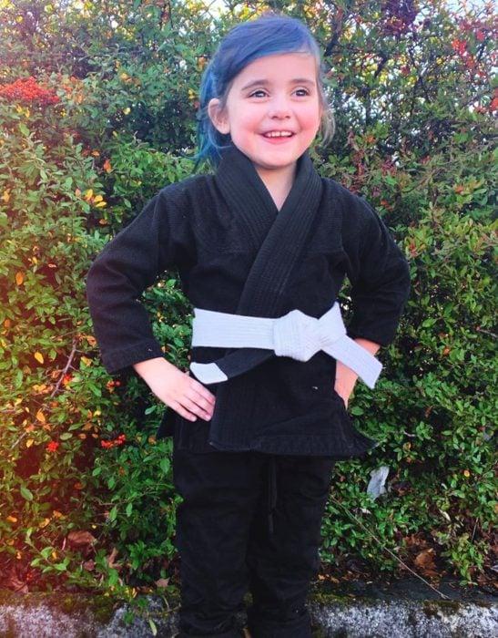 Luna, la niña que aprendió jiu jitsu para defenderse de los bullies; nena con cabello azul