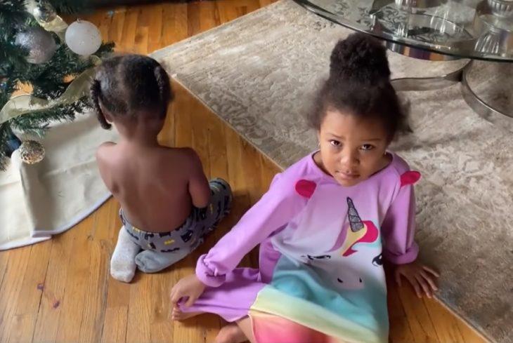 Niños que pidieron 700 dólares en regalos en Amazon castigados por su madre