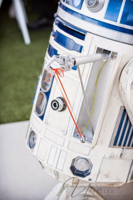 Robot R2D2 entregando los anillos a una pareja de novios
