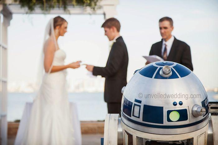 Novios recibiendo los anillos de parte de un robot R2D2 de star wars