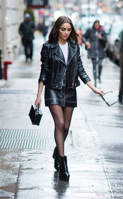 Chica usando un outfit de motociclista con medias negras