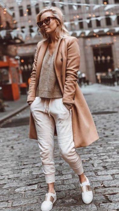 Chica usando unos pants de color beige