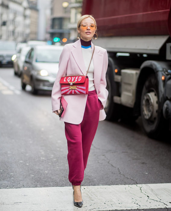 Chica usando un atuendo de pants con saco en color rosa fuccia