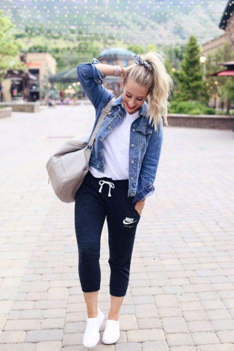 Chica usando un jogger pant con una chaqueta de mezclilla