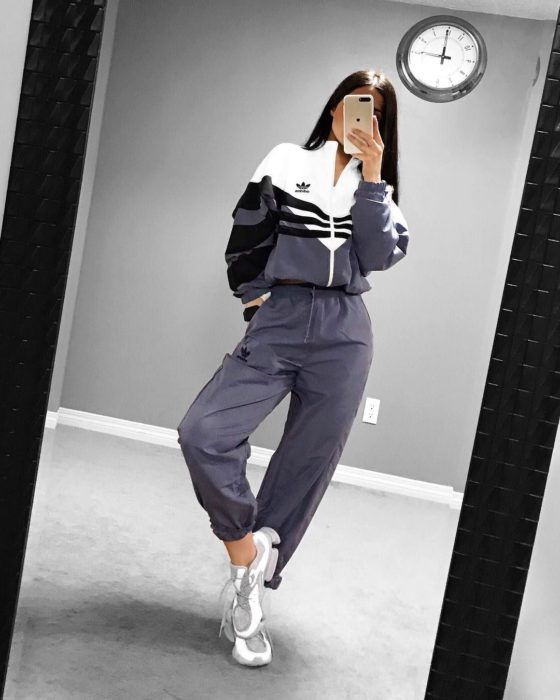 Chica usando un pants adidas de color gris con blanco