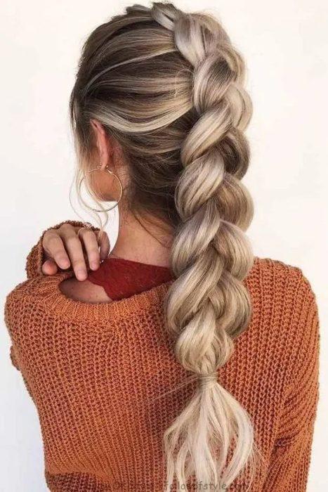 Chica con cabello largo peinado en coleta de burbujas