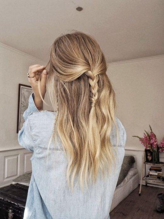Chica mostrando su cabello con media coleta y trenza delgada
