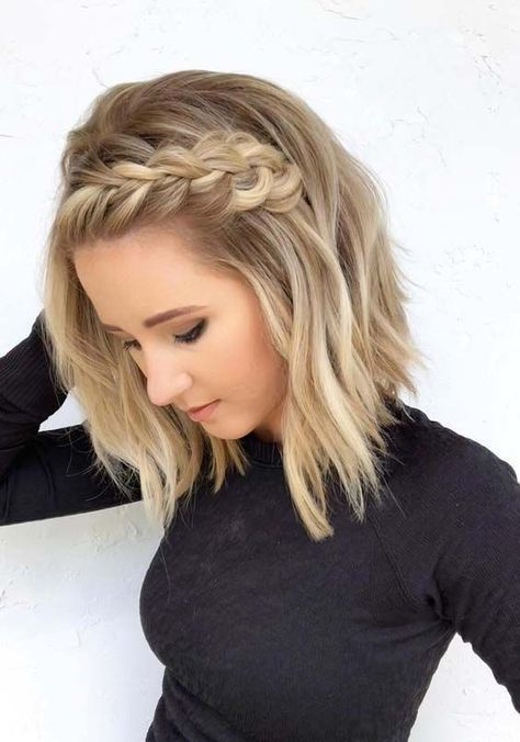 Chica mostrando su peinado con media trenza la frente